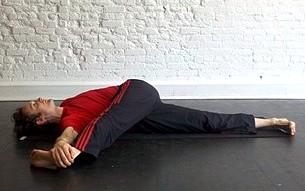 Поворот ноги лежа